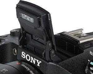 Sony DSC-RX10 mit ausgeklappten Blitz [Foto: MediaNord]