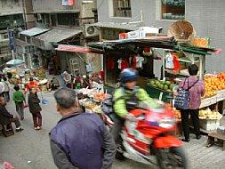 Bild 22. Bildstabilisatoren - Motorrad auf einem Marktplatz [Foto: Wilfried Bittner]
