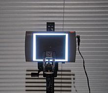 Bild 7. Bildstabilisatoren – Das Licht hinter dem winzigen Loch in der Mitte ist intensiv genug, um auch bei starkem Verwackeln eine Leuchtspur auf dem Bildsensor zu hinterlassen [Foto: Wilfried Bittner]