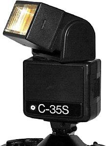 Computerblitzgerät, neben der Typenbezeichnung ist der Sensor zu erkennen, der die Lichtmenge regelt [Foto: Sven Neidig]