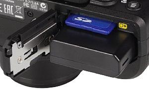 Nikon Coolpix P7800 Speicherkartenfach und Akkufach [Foto: MediaNord]