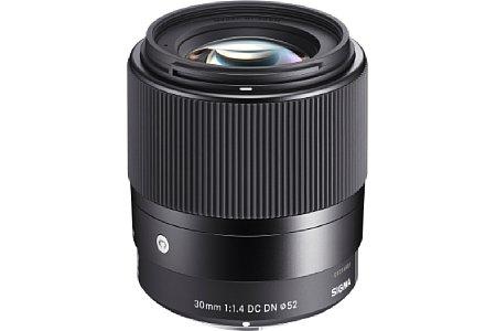 Bild Mit dem 30 mm 1.4 DC DN Contemporary nimmt Sigma eine Festbrennweite für Sony-E-Mount (45 mm entspr. KB) und Micro Four Thirds (60 mm entspr. KB) ins Programm auf. Auch wenn es nicht so heißt, soll es die Bildqualität der Art-Serie erreichen. [Foto: Sigma]