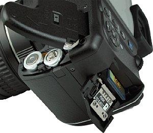 Pentax K-x mit Batteriefach und Speicherkartenfach [Foto: MediaNord]
