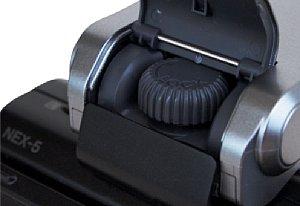 Sony NEX-5 – Schraube zur Fixierung des Blitzes [Foto: MediaNord]