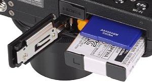Fujifilm XQ1 mit Speicherkartenfach und Akkufach [Foto: MediaNord]