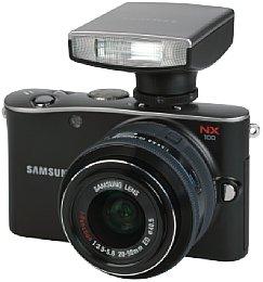 Samsung NX100 mit 1:3.5-5.6 20-50mm ED i-Function mit Camera Flash SEF15A [Foto: MediaNord]