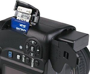 Pentax K-r Batteriefach und Speicherkartenfach [Foto: MediaNord]