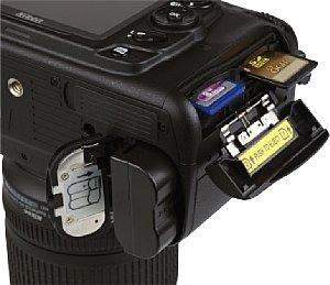 Nikon D7000 Akku- und Speicherkartenfach [Foto: MediaNord]