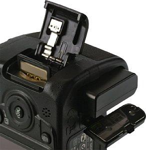 Nikon D3100 Batteriefach und Speicherkartenfach [Foto: MediaNord]