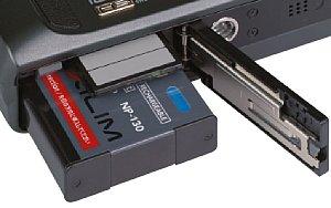 Casio Exilim EX-ZR100 Batteriefach und Speicherkartenfach [Foto: MediaNord]