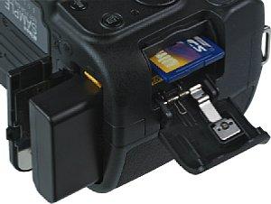 Nikon D5100 Batteriefach und Speicherkartenfach [Foto: MediaNord]