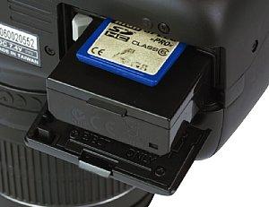 Canon EOS 1100D Akkufach und Speicherkartenfach [Foto: MediaNord]