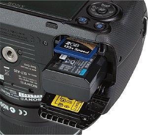 Sony Alpha 35 Speicherkartenfach und Akkufach [Foto: MediaNord]