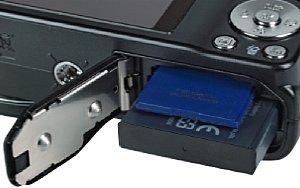 Samsung WB700 Speicherkartenfach und Akkufach [Foto: MediaNord]