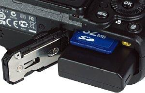 Nikon Coolpix P7100 Akkufach und Speicherkartenfach [Foto: MediaNord]