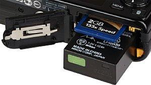 Nikon 1 J1 Batteriefach und Speicherkartenfach [Foto: MediaNord]