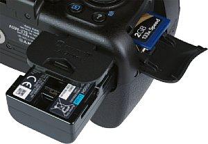 Sony Alpha 65V Batteriefach und Speicherkartenfach [Foto: MediaNord]