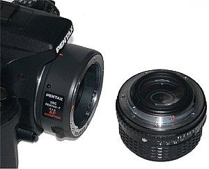 Pentax *istD mit angesetztem AF 1,7-Konverter und Rückseite eines Objektivs mit PK-Bajonett-Anschluss [Foto: MediaNord]