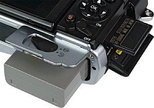 Olympus OM-D E-M5 Akkufach und Speicherkartenfach [Foto: MediaNord]