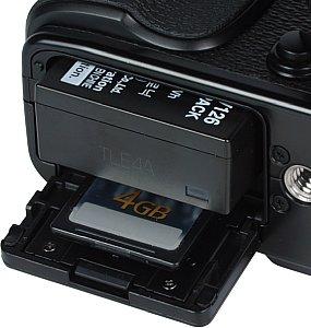 Fujifilm X-Pro1 Speicherkartenfach und Akkufach [Foto: MediaNord]