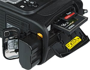 Nikon D800 Speicherkartenfach und Akkufach [Foto: MediaNord]