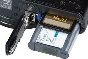 Sony Cyber-shot DSC-RX100 Akkufach und Speicherkartenfach [Foto: MediaNord]