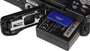 Panasonic Lumix DMC-GF6 Speicherkartenfach und Akkufach [Foto: MediaNord]