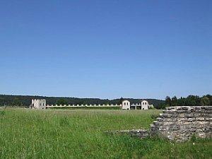 Bild 1: Der wolkenlose Himmel ist zwar Original, lässt aber das römische Kastell etwas fad erscheinen [Foto: Martin Vieten]