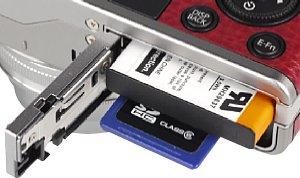 Fujifilm XF1 Speicherkartenfach und Akkufach [Foto: MediaNord]