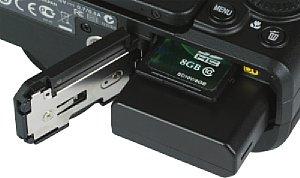 Nikon Coolpix P7700 Akkufach und Speicherkartenfach [Foto: MediaNord]