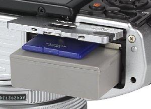 Olympus OM-D E-M10 Speicherkartenfach und Akkufach [Foto: MediaNord]