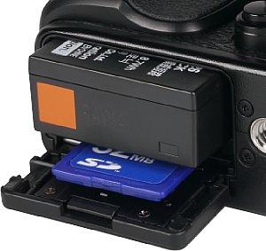Fujifilm X-E2 Speicherkartenfach und Akkufach [Foto: MediaNord]