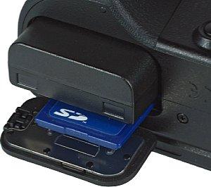 Samsung NX20 Akkufach und Speicherkartenfach [Foto: MediaNord]