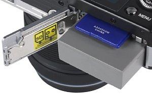 Olympus Pen E-PM2 Speicherkartenfach und Akkufach [Foto: MediaNord]