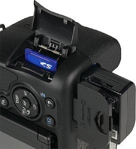 Sony Alpha 58 Speicherkartenfach und Akkufach [Foto: MediaNord]