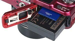 Panasonic Lumix DMC-GF5 mit Speicherkartenfach und Akkufach [Foto: MediaNord]
