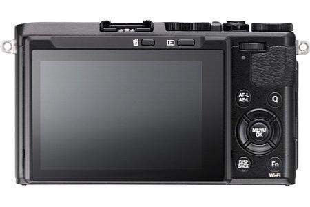 Bild Der 7,6 Zentimeter große Touchscreen der Fujifilm X70 lässt sich nach unten und nach oben klappen. Letzteres sogar um bis zu 180 Grad für Selfies. [Foto: Fujifilm]