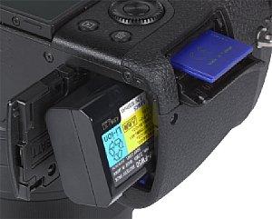 Sony DSC-RX10 Speicherkartenfach und Akkufach [Foto: MediaNord]