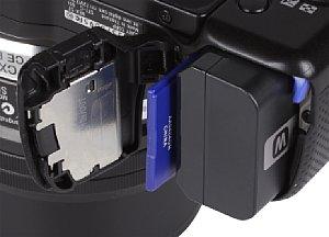 Sony NEX-5T Speicherkartenfach und Akkufach [Foto: MediaNord]