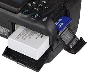 Canon EOS 700D Speicherkartenfach und Akkufach [Foto: MediaNord]