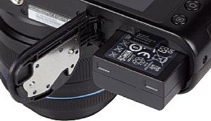 Samsung NX2000 Speicherkartenfach und Akkufach [Foto: MediaNord]