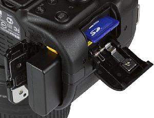 Nikon D5200 Speicherkartenfach und Akkufach [Foto: MediaNord]