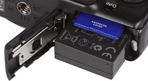 Canon EOS M Speicherkartenfach und Akkufach [Foto: MediaNord]