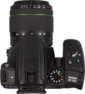 Pentax K-30 mit smc DA 18-55 mm [Foto: MediaNord]