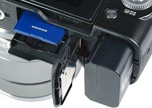 Sony NEX-F3 Speicherkartenfach und Akkufach [Foto: MediaNord]