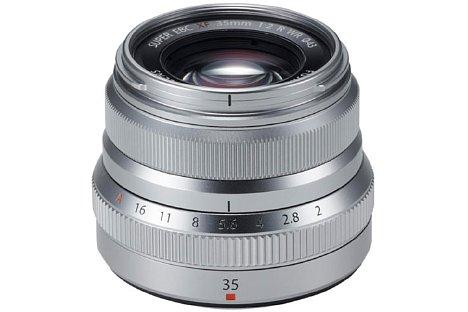 Bild Nicht nur in Schwarz, sondern auch in Silber soll das Fujifilm XF 35 mm F2 R WR ab November 2015 für 400 Euro erhältlich sein. [Foto: Fujifilm]