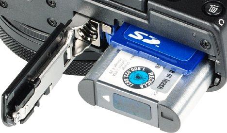 Bild Der Lithium-Ionen-Akku der Sony DSC-RX100 V reicht für lediglich 220 Aufnahmen. Das Speicherkarteninterface erweist sich zudem als Nadelöhr, schnelle UHS-II-Karten werden nicht unterstützt. [Foto: MediaNord]