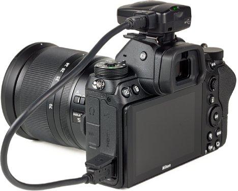 Bild Nikon Z 7 mit GP-1A GPS-Empfänger. Der Blitzschuh dient dann nur zur Befestigung. Die elektrische Verbindung erfolgt über das Kabel. [Foto: MediaNord]