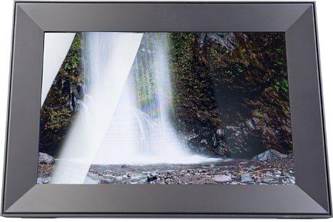 Bild Die glänzende Oberfläche des Displays des Aura Frames Carver verlangt nach einer gut überlegten Positionierung, da sich Lichtquellen sofort spiegeln. [Foto: MediaNord]