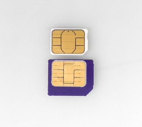 Bild Eine Nano-SIM-Karte besteht fast nur noch aus den Kontakten selbst. Darunter sitzt der Chip. Wer sich traut, kann eine Micro-SIM mit einer Schere auf eine Nano-SIM zurechtstutzen. [Foto: MediaNord]